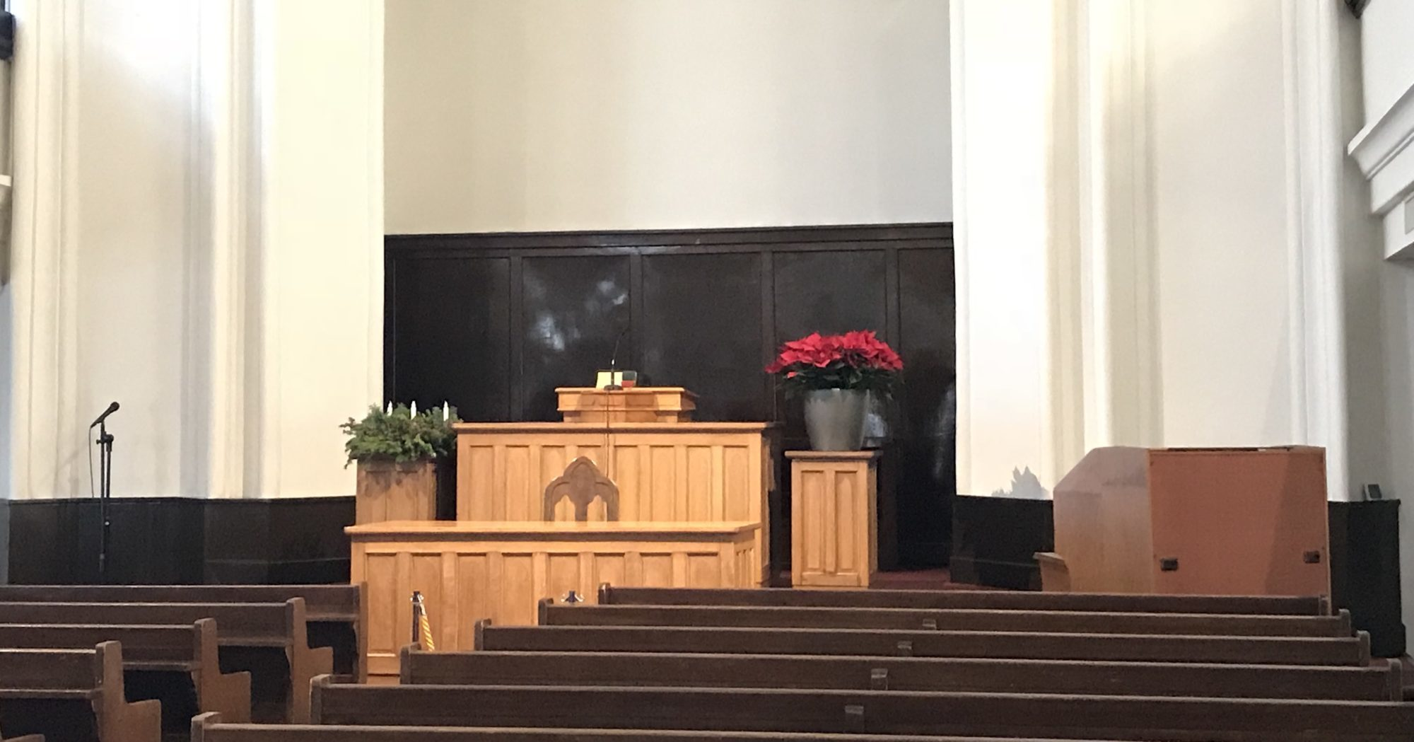 横浜指路教会礼拝堂内