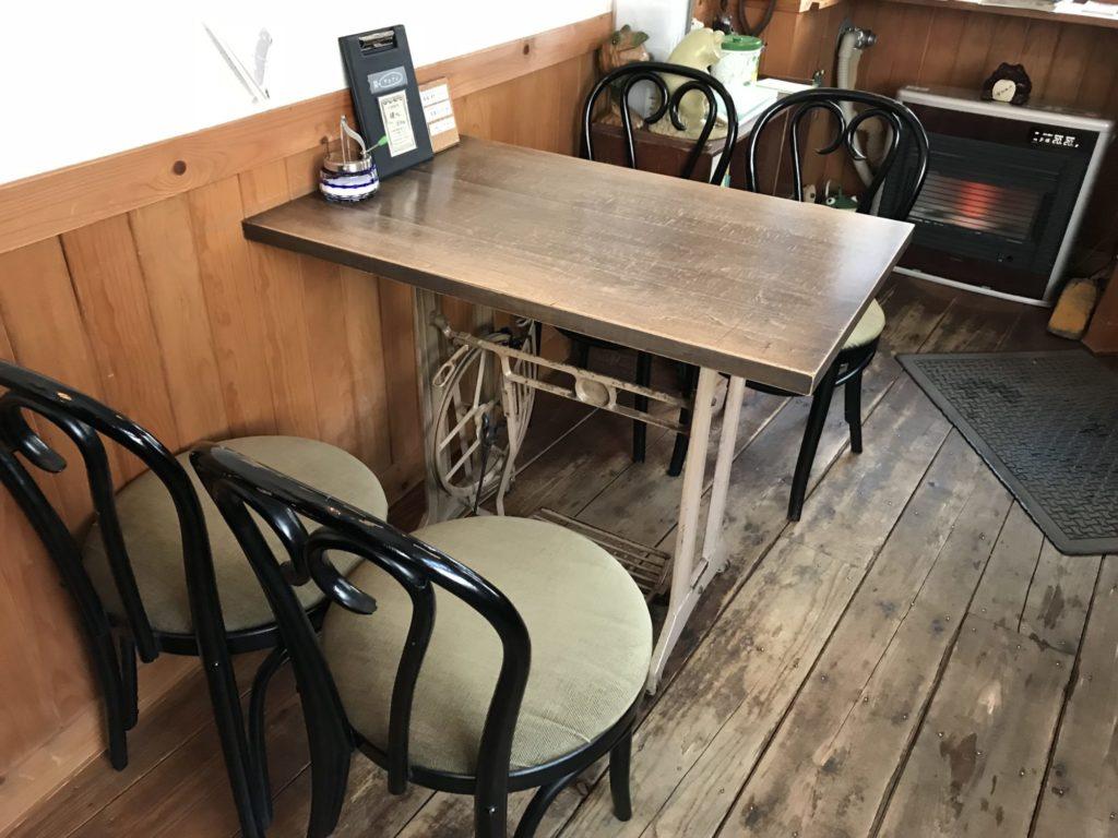 カエルヤ珈琲店 テーブル